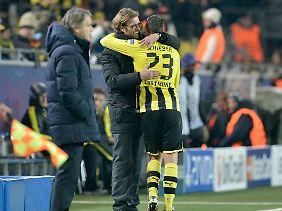 BVB-Coach Jürgen Klopp herzt seinen Siegtorschützen.
