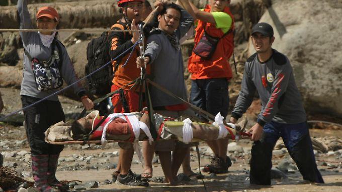 Retter helfen einem Mann, der schwer verletzt wurde.