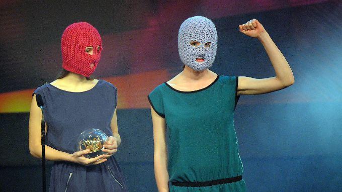 Zwei Pussy Riots auf der Bühne in Bochum.