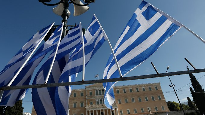 Griechsiche Flaggen vor dem Parlament in Athen.