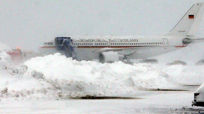 Das Flugzeug von Bundespräsident Gauck steht auf dem Flughafen von Zagreb in Kroatien hinter hohen Schneehaufen. Gauck ist wegen starken Schneefalls für mehrere Stunden in Zagreb festgehalten worden.