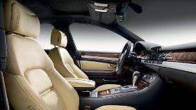 Helle Farben und sportlich geschnittene Sitze dominieren den Innenraum.