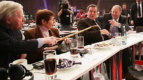 Genossen unter sich: die Altkanzler Helmut Schmidt und Gerhard Schröder beim SPD-Parteitag zusammen mit dem neuen Kanzlerkandidaten Peer Steinbrück.