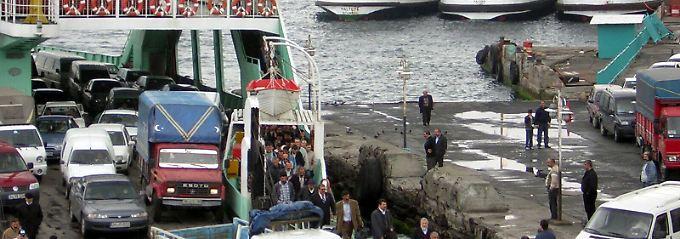Entladung einer Bosporus-Fähre: Passanten und Autos pendeln zwischen der europäischen und asiatischen Seite Istanbuls.
