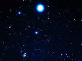 """Ein Ausschnitt aus dem Sternbild Leier mit seinem Hauptstern: Aufgrund seiner Helligkeit dürfte er bei einer Sterntaufe einiges kosten. Sein offizieller Name bliebe aber auch dann """"α Lyrae"""", besser bekannt als """"Wega""""."""
