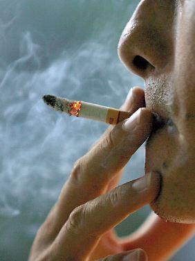 Der Rauch einer Zigarette schadet nicht nur dem Rauchenden.