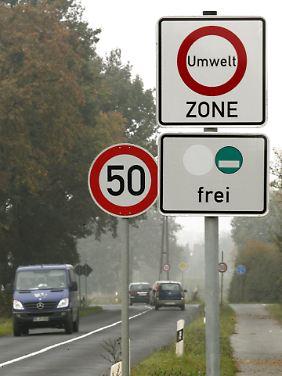 Bußgeld statt Punkte in Flensburg. Das sehen Ramsauers Pläne für Autofahrer vor, die ohne Plakette in Umweltzonen fahren.