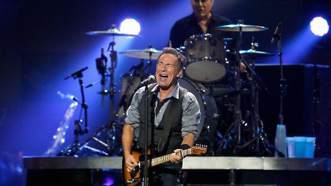 """Bruce Springsteen eröffnet das Megakonzert und spielt bei """"Born to Run"""" gemeinsam mit Jon Bon Jovi. Beide kommen aus New Jersey. Dort wütete """"Sandy"""" besonders schlimm."""