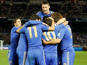 Jubeltraube um Juan Mata: Die Chelsea-Profis feiern das Tor zum 1:0 im Halbfinale der Klub-WM.