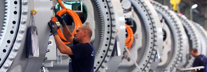 Die Arbeiten an imposanten Naben für Windkraftanlagen stehen hier stellvertretend für den Erfolg des Maschinenbaus und die Wachstumsaussichten der deutschen Wirtschaft.