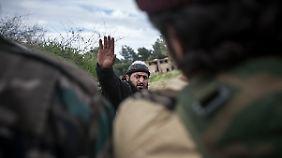 Ein Vertreter der syrischen Rebellen nach der Befreiung des Ortes Al Mosthat.