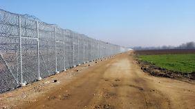 Den Zaun kann man ohne spezielle Ausrüstung nicht überwinden.