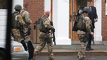 Wieder beherrschen schwere Waffen das Bild. Die Kirche wird nach der Bombendrohung geschlossen.