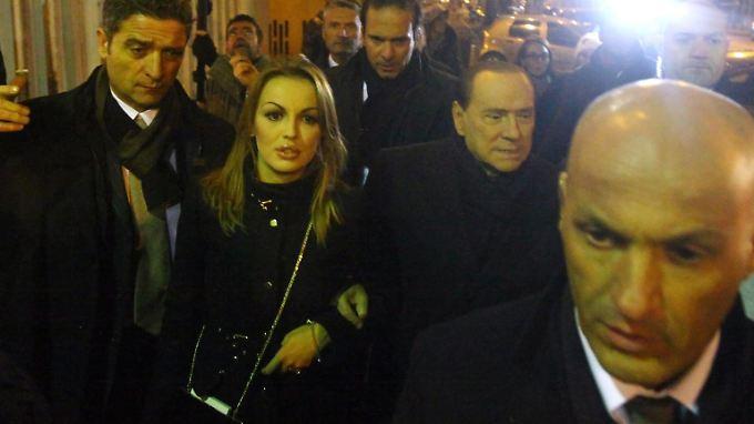 Silvio Berlusconi ist zurück- wie er leibt und lebt.