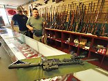Mit einem Sturmgewehr Typ AR-15 der Firma Bushmaster (im Vordergrund) hatte der Amokläufer 26 Menschen erschossen: Der Finanzinvestor Cerberus will die Waffenschmiede nun verkaufen.