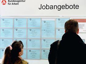 Wer Stellenangebote oder Auflagen des Jobcenters ablehnt, riskiert Sanktionen. Zwischen August 2011 und Juli 2012 konnte die Bundesagentur für Arbeit einen Rekordstand von mehr als einer Millionen Strafmaßnahmen verzeichnen.