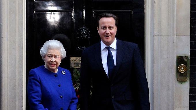 Gekleidet in einen königsblauen Mantel samt passendem Kleid, wurde die 86-jährige Monarchin von Premierminister David Cameron vor der Tür seiner offiziellen Residenz in Downing Street 10 begrüßt.