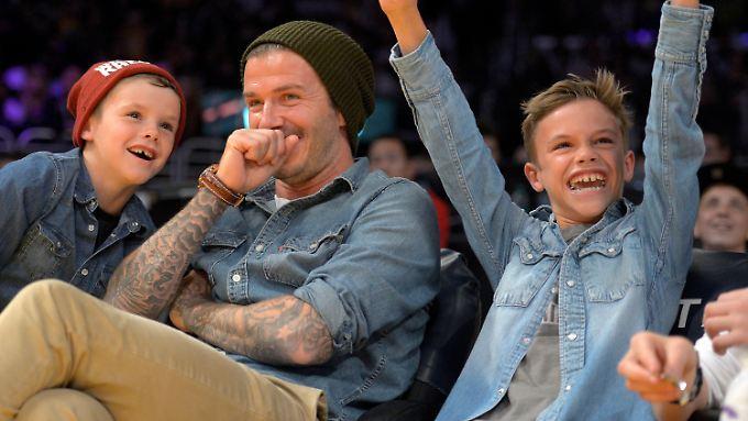 David Beckham mit seinen Söhnen Romeo (r) und Cruz im November 2012 bei einem NBA-Basketballspiel.