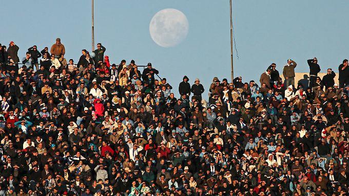 Am Tag wird der Mond oft neben der Sonne nicht wirklich wahrgenommen.