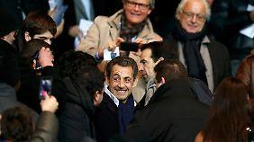 Immer noch im Mittelpunkt des Interesses: Sarkozy genießt seine Freizeit bei einem Fußballspiel.