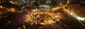 Zehntausende protestieren auf dem Tarhir-Platz gegen Mursis Verfassungsreform.