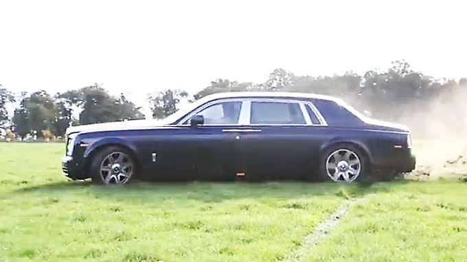 Ein Rolls-Royce Phantom wird wohl eher auf der Straße, als auf einem englischen Rasen in der Drift vermutet.