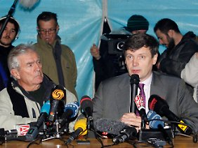 Ernste Mienen zur ernsten Lage: Bürgermeister Jean-Pierre Delord (l.) und Präfekt Eric Freysselinard.
