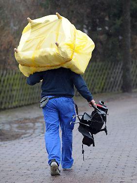 Millionen Mieter müssen sich nach Einschätzung des Deutschen Mieterbunds 2013 auf weiter steigende Wohnkosten einstellen - viele sind so zu einem Umzug in eine billligere Bleibe gezwungen.