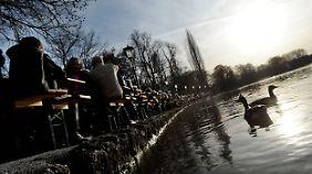 Der Biergarten am dem Kleinhesseloher See im Englischen Garten in München war dank der milden Temperaturen gut gefüllt.