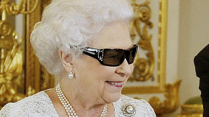 Die Queen im Techno-Look.