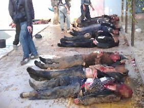 Tote Männer nahe Damaskus. Der Konflikt kostet täglich Menschenleben.