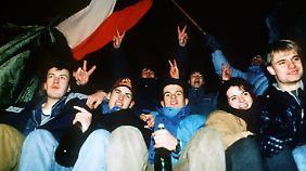 Junge Leute feiern am 31. Dezember 1992 in Prag die Gründung der Tschechischen Republik.