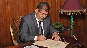 Mursi unterzeichnet die Verfassung.