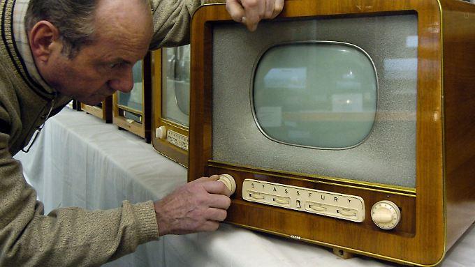 """Fernseher """"Iris"""" aus dem Jahr 1957 - nicht nur die Geräte haben sich geändert."""