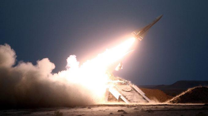 Ganz offensichtlich kommen auch Raketen zum Einsatz.