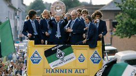 Udo Lattek und seine Gladbacher feiern 1976 die deutsche Meisterschaft.
