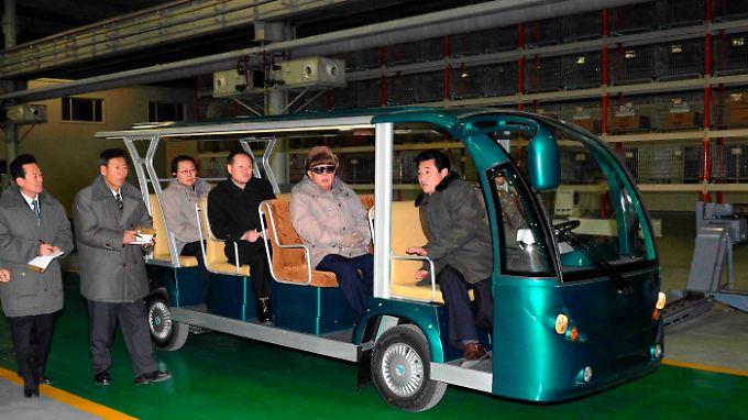 Kim besucht die Baustelle des Prestigeprojekts im Dezember 2010.