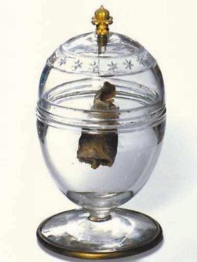 Ein von dem französischen Historiker Philipe Delorme herausgegebenes Foto zeigt das Herz des schon mit zehn Jahren gestorbenen Ludwig XVII. in einem Kristallgefäß.