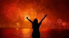 In Brasilien konnte man das wohl spektakulärste Feuerwerk des Landes über dem Strand von Copacabana in Rio de Janeiro bestaunen.