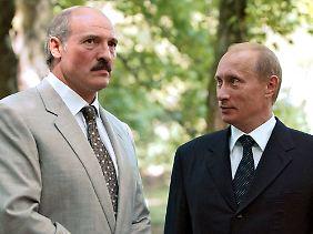 Lukaschenko ist auf milliardenschwere Kredite aus dem Ausland angewiesen. Einer der Geldgeber ist Russlands Staatschef Wladimir Putin.