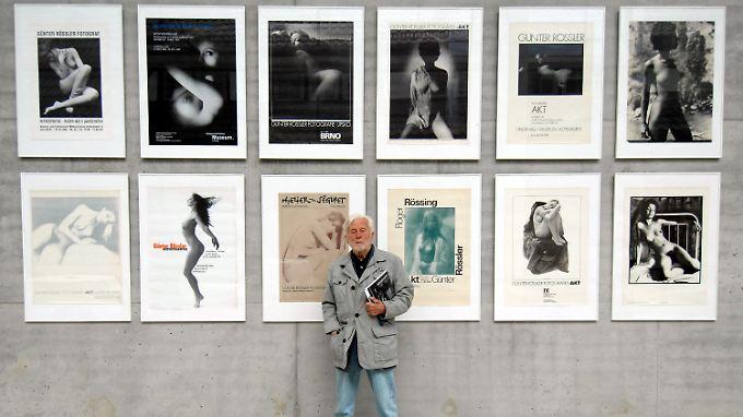 Rössler im Pommerschen Landesmuseum in Greifswald vor Plakaten früherer Ausstellungen seiner Aktfotos. (Bild von Oktober 2008)