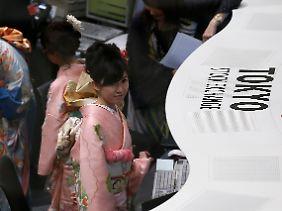Feierlicher Jahresauftakt: Zum Start ins neue Börsenjahr erscheinen Angestellte der Tokioter Börse in traditionellen Gewändern zur Arbeit.