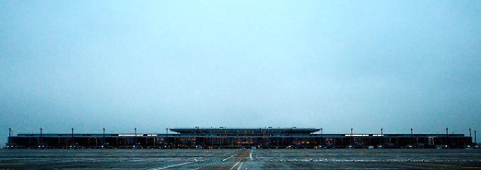 Neugebaute Bauruine? Das Terminal des Flughafens unter dem grauen Himmel von Berlin-Brandenburg.