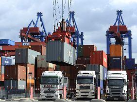 Lastkraftwagen werden am Container Terminal Altenwerder des Hamburger Hafens beladen.