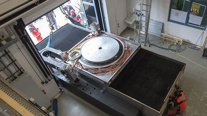 Die Optikmaschine soll extrem genaue Teleskopspiegel für die Weltraumforschung produzieren.