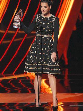 """Eine von dreien: Katy Perry mit ihrer """"Favorite Pop Artist""""-Trophäe."""