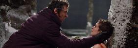 Valjean (Jackman) verspricht Fantine (Hathaway), sich um ihre Tochter zu kümmern.