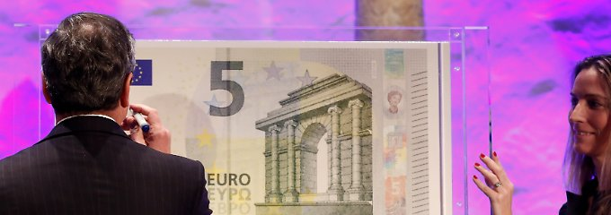 Symbolische Geste: Draghi leistet seine - schon jetzt millionenfach vervielfältigte - Unterschrift.