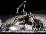 Wassersuche auf dem Mond: Roboterduo arbeitet Arm in Arm