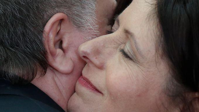 Der ehemalige Ministerpräsident umarmt seine Nachfolgerin.
